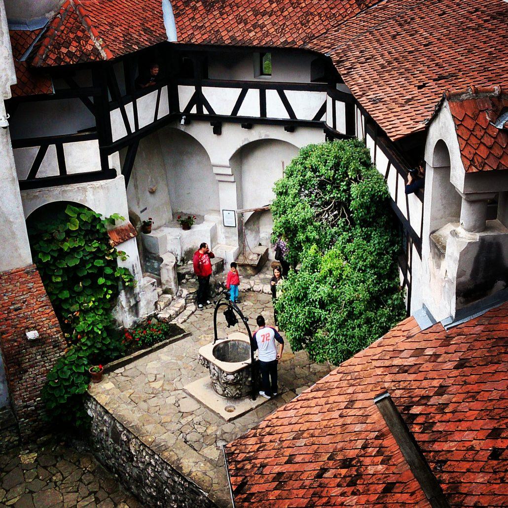 Imagini pentru Conacul de langa Castelul Bran